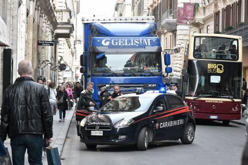 Roma, tir turco in via del Corso: fermato per controlli 6