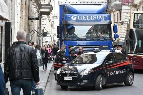 Roma, tir turco in via del Corso: fermato per controlli 8