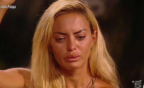 """Isola dei Famosi, insulti a Elena e Rosa: """"Non voglio avere niente a che fare con queste due pu..."""""""