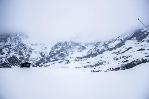 Cervinia, il ghiacciaio si scioglie e il rifugio scivola dall'Italia alla Svizzera