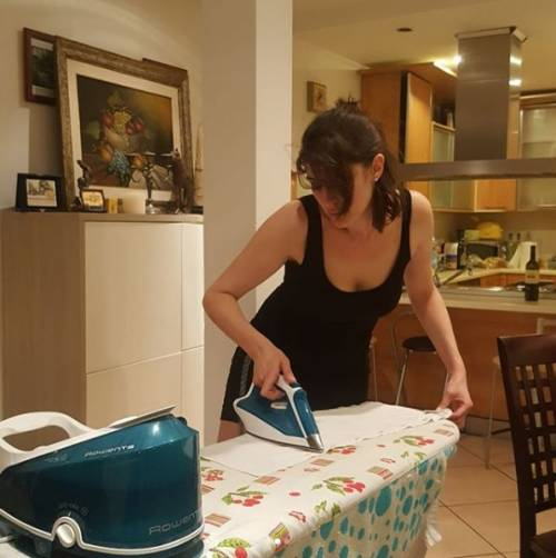 Elisa Isoardi e le foto mentre stira le camicie 3