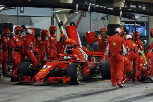 Bahrain, Raikkonen investe un meccanico: le foto dell'incidente 4