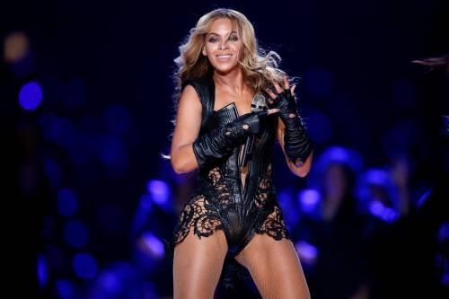 Beyoncé al Coachella con le Destiny's Child, ma l'abito si rompe