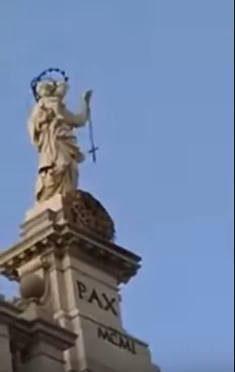 Pompei, il Rosario della Madonna oscilla ancora: per i fedeli è un miracolo