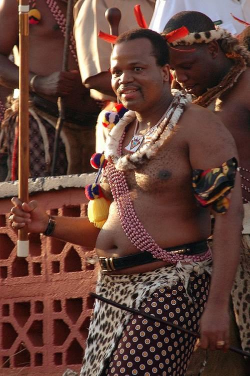 Mswati, il re dalle dieci mogli che fa sfilare le vergini in piazza