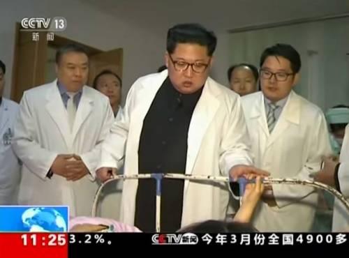Corea, Kim si traveste da medico e visita i feriti in ospedale