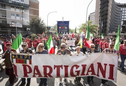 25 aprile, partigiani fischiano il questore di Prato. Lui li denuncia