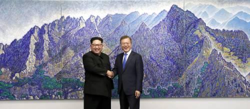"""Coree, storico incontro al confine tra Sud e Nord. Kim: """"Inizia una nuova era"""""""