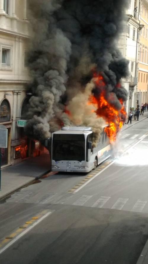 Roma, autobus Atac a fuoco in via del Tritone 3