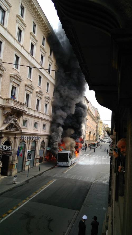 Roma, autobus Atac a fuoco in via del Tritone 4