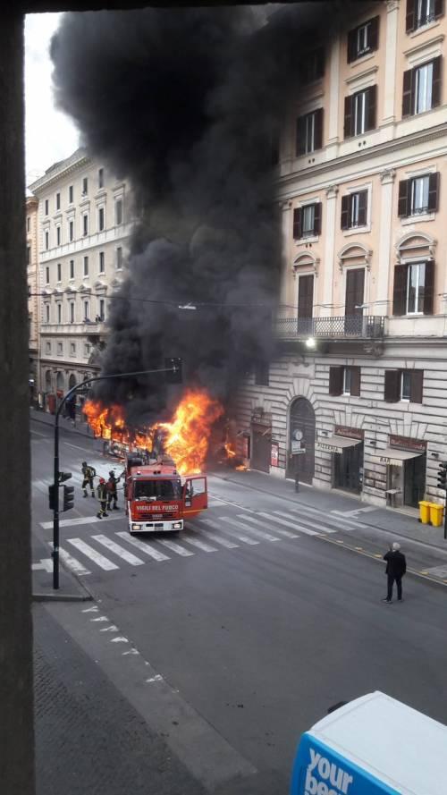 Roma, autobus Atac a fuoco in via del Tritone 6