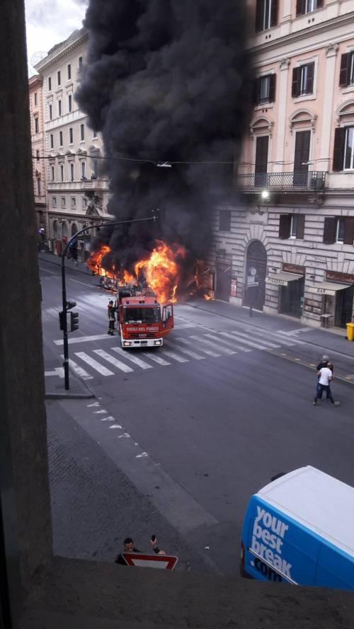 Roma, autobus Atac a fuoco in via del Tritone 7