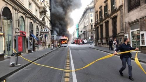 Roma, autobus Atac a fuoco in via del Tritone 9