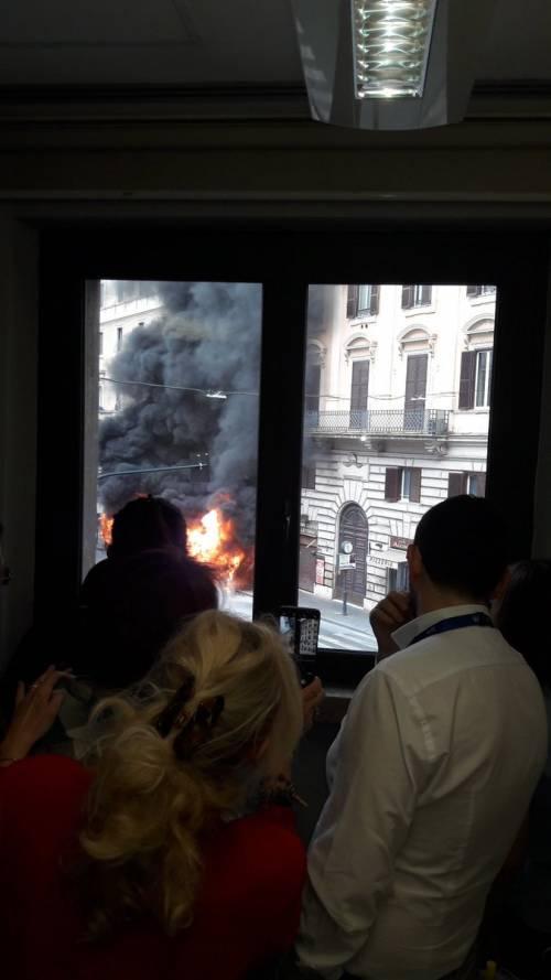 Roma, autobus Atac a fuoco in via del Tritone 10