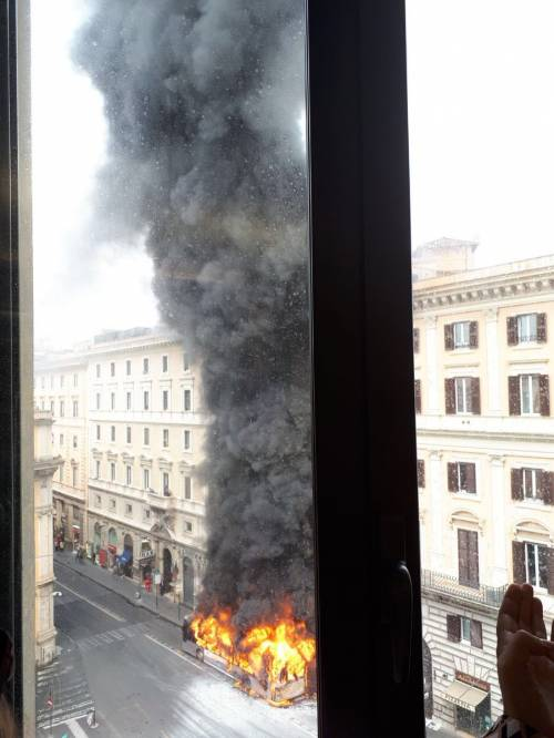 Roma, autobus Atac a fuoco in via del Tritone 2