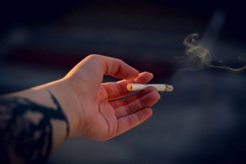 Un amore  su tre finisce  in fumo per colpa della sigaretta del partner