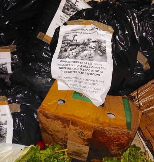 Roma, cittadini versano rifiuti davanti alla sede del municipio Montemario