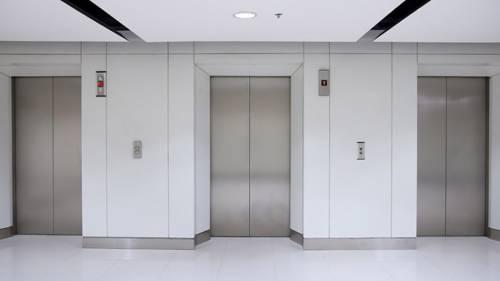 Prezzi troppo alti per la manutenzione dell'ascensore: condomino aggredisce il titolare dell'azienda