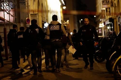 Parigi, passanti presi a coltellate: la fuga