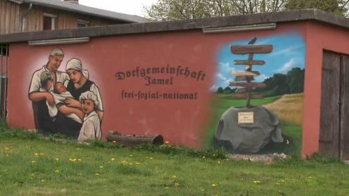 """Quel villaggio in mano ai neonazi: """"Siamo i contadini del Reich"""""""