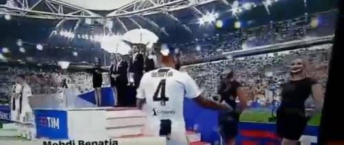 Juventus, Benatia ci prova con le due hostess. Ma finisce male