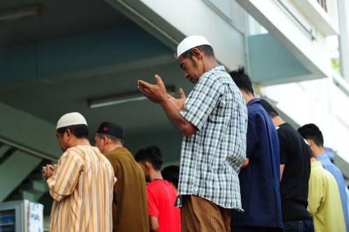Moschee, fine dell'ipocrisia: nei locali abusivi non si prega
