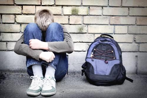 Calci e pugni ai compagni  Arrestato bullo di 16 anni