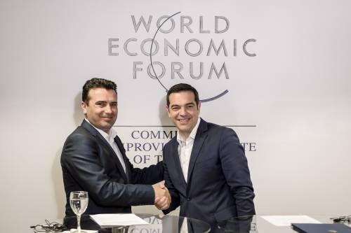 Il premier macedone Zoran Zaev con il suo omologo greco Alexis Tsipras