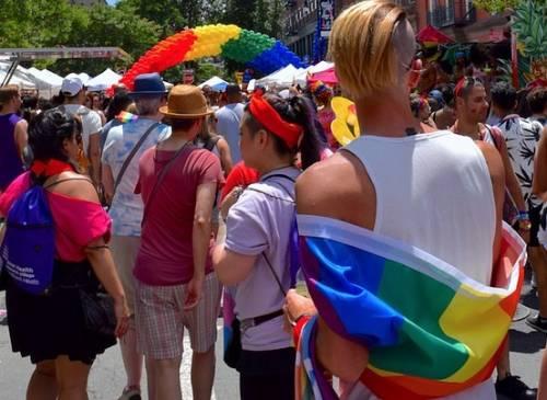 Se al Gay Pride di Milano sfila il carro pro migranti in difesa della Sea Watch