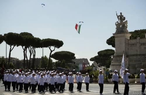"""Un Tricolore cala sul Colosseo. Il parà: """"È un onore, lo dedico all'Italia"""""""
