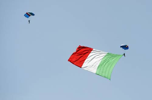 Un Tricolore calato dal cielo per onorare la Repubblica