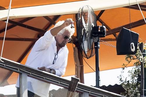 """Grillo """"renzizzato"""" se la prende coi gufi: """"Sperano nel naufragio del governo"""""""