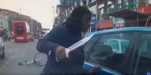 Londra, un autista gli taglia la strada: la furia del ciclista col coltello