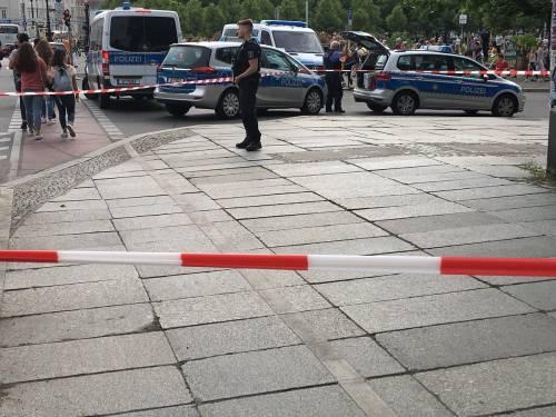 """Spari nella cattedrale di Berlino """"Colpito un uomo alle gambe"""""""