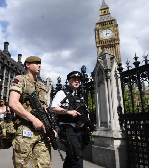 AAA scorta femminile cercasi per salvare le deputate inglesi
