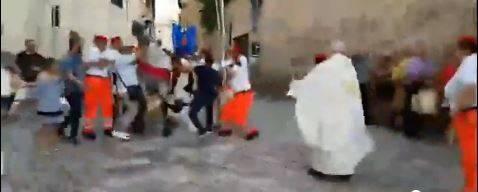 Brindisi, il vescovo cade da cavallo durante processione