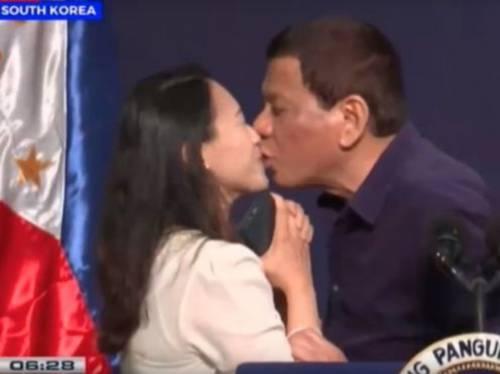 Bufera su Duterte Bacio forzato con una donna