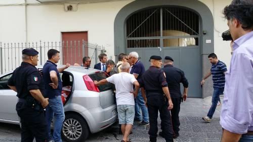 Lavoratori si incatena davanti la casa di Di Maio e si butta benzina addosso 2