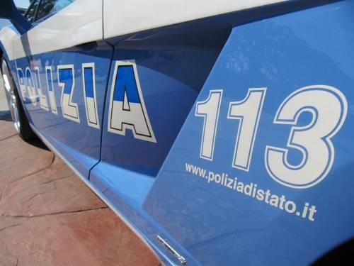Sette agenti lo fermano, ma lo straniero scappa aggrappato a un'auto