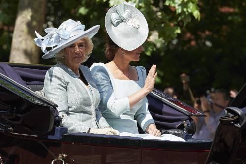 Bagno di folla per meghan alla parata per la regina - La parata bagno vignoni ...
