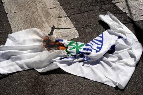 Ecco il razzismo della sinistra: bruciata la bandiera della Lega