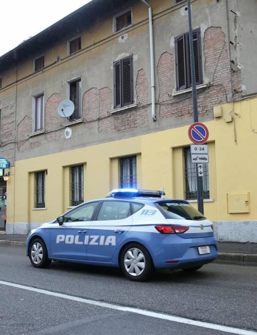 Napoli, rissa a colpi di bottiglia tra stranieri: poliziotti circondati