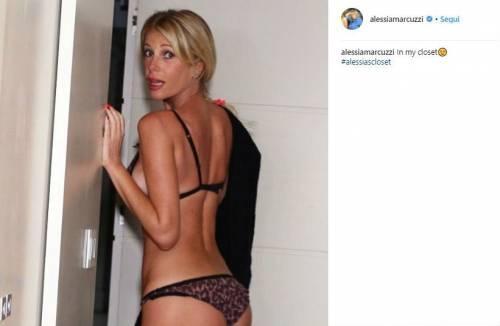 Alessia Marcuzzi bellissima al sole 3