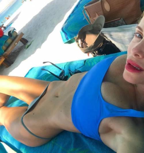 Alessia Marcuzzi bellissima al sole 5