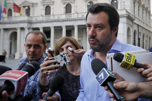 """Salvini fa il pieno nei circoli Arci: """"Speriamo fermi l'immigrazione"""""""