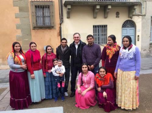 Enrico Rossi, governatore della Toscana, con un gruppo di rom