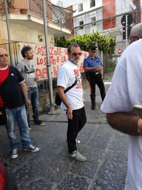 """Senza lavoro e stipendio, protestano sotto casa del ministro: """"Uè Uè Di Maio, allora?"""""""
