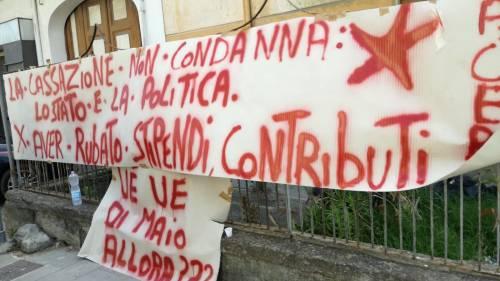 """Lavoratori senza stipendio protestano sotto casa del ministro Di Maio: """"Uè Uè Di Maio, allora?"""" 3"""