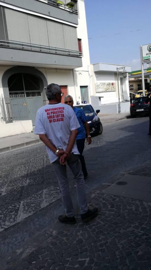 """Lavoratori senza stipendio protestano sotto casa del ministro Di Maio: """"Uè Uè Di Maio, allora?"""" 2"""