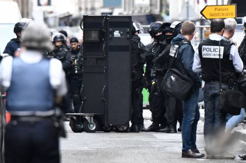 Parigi, uomo armato prende tre ostaggi 4